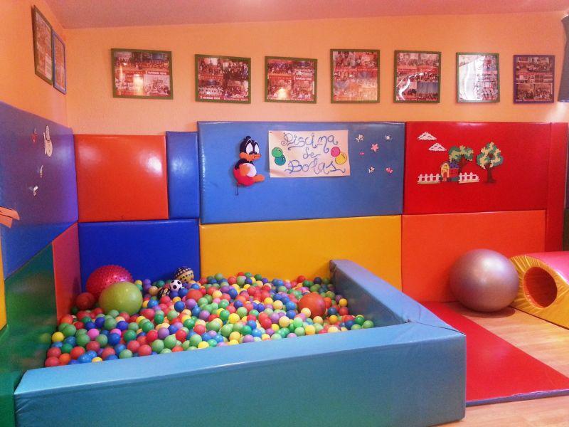 Gimnasio con piscina de bolas