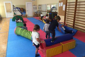 Els alumnes d'Educació Infantil fent Psicomotricitat